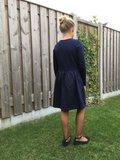 Donkerblauwe jurk op de knie 152